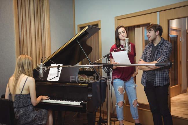 Musiker nehmen einen Song im Musikstudio auf — Stockfoto