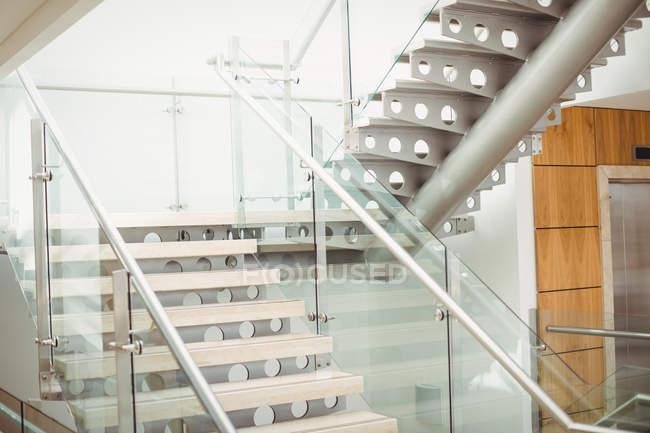 Escalier moderne vide dans un immeuble de bureaux — Photo de stock