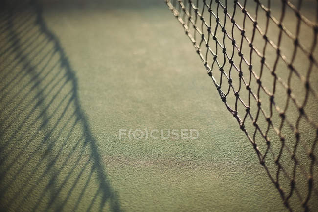 Close-up de rede no campo de ténis à luz do sol — Fotografia de Stock