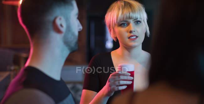 Gruppo di amici che si godono la bevanda nel bar — Foto stock