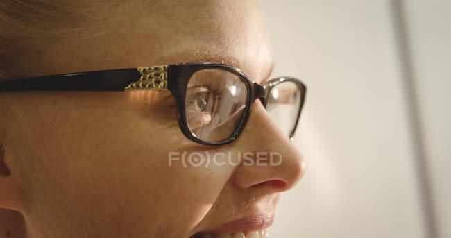 Nahaufnahme einer lächelnden Kundin mit Brille im Optikgeschäft — Stockfoto
