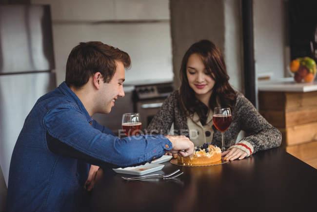 Casal comemorando juntos na sala de estar em casa — Fotografia de Stock