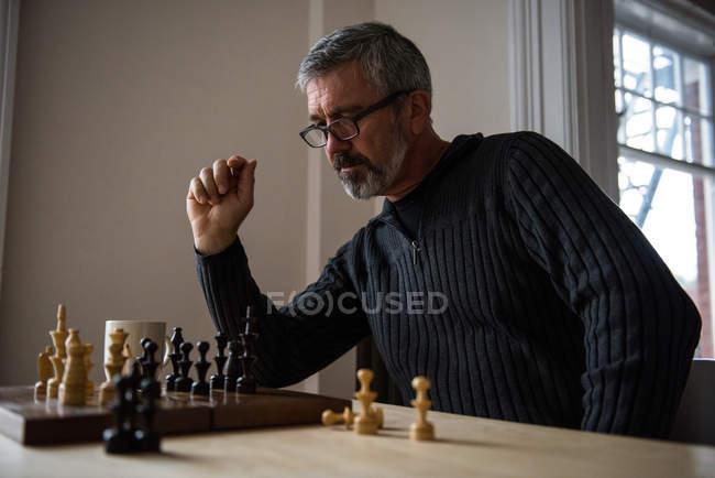 Уважна людина гри в шахи в домашніх умовах — стокове фото