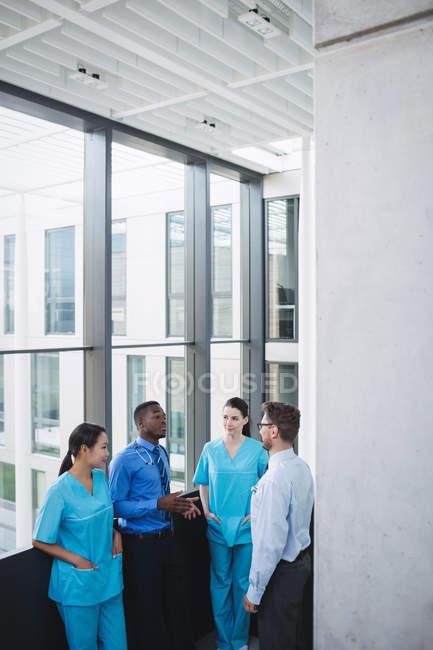 Врачи и медсестра взаимодействуют друг с другом в больнице — стоковое фото