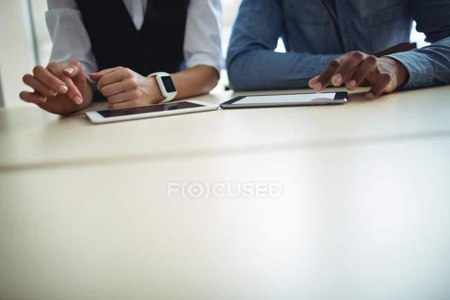 Vue recadrée des dirigeants d'entreprise utilisant une tablette numérique dans le bureau — Photo de stock