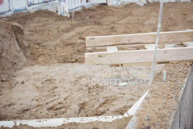 Дренажні труби в грязі, на будівельному майданчику — стокове фото