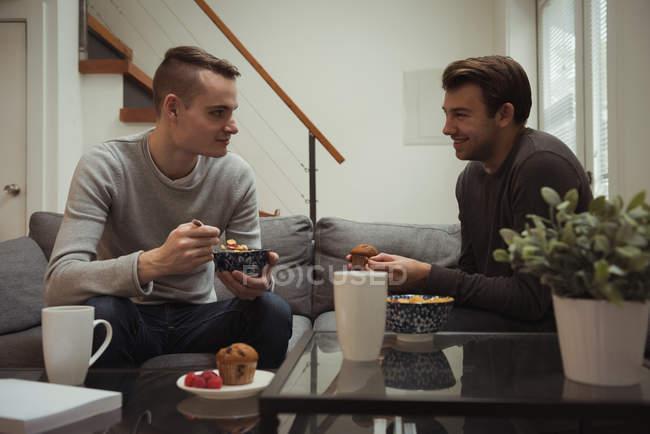 Голубая пара завтракает вместе дома — стоковое фото