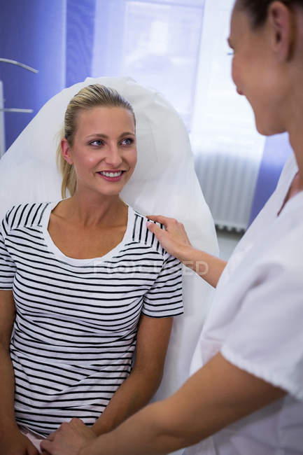 Лікар, що розмовляє з пацієнтки в клініці — стокове фото