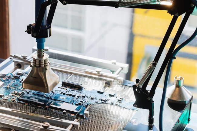 Ноутбуков ремонт машины в центр электронных услуг — стоковое фото
