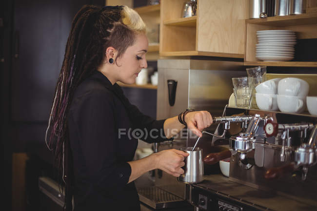 Kellnerin mit der Kaffeemaschine im café — Stockfoto