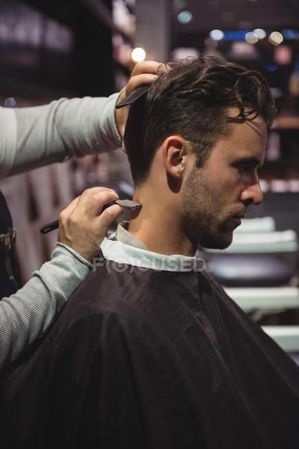 Клієнт отримання волосся з обробкою з бритвою в перукарні — стокове фото