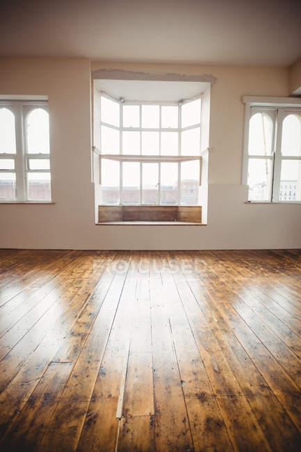 Studio di danza vuoto con finestre e pavimento in legno — Foto stock