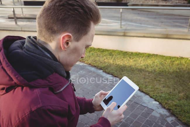 Молодой человек цифровой планшет в офисных помещениях — стоковое фото