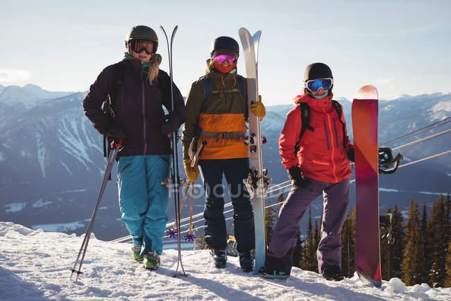 Три лижників з неба, стоячи на сніжний пейзаж у гірськолижному курорті — стокове фото