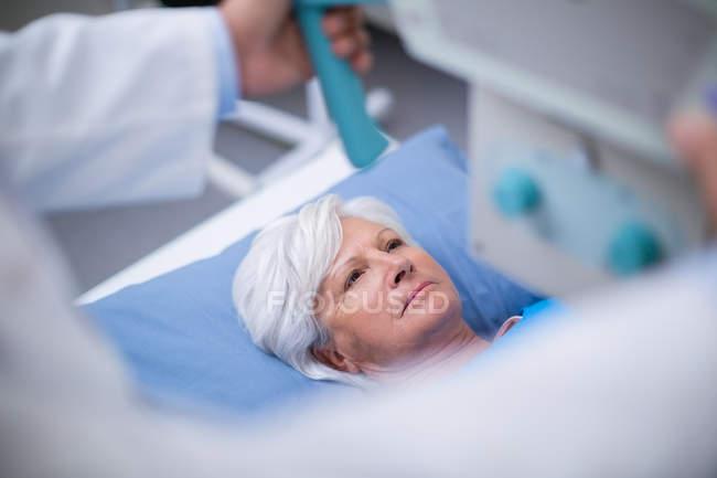 Seniorin im Krankenhaus einem Röntgentest unterzogen — Stockfoto