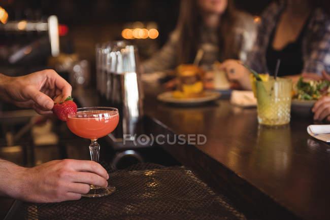 Закри Бармен проведення коктейль в барна стійка — стокове фото