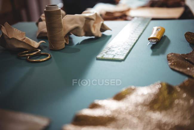 Различные рабочие инструменты на столе в мастерской — стоковое фото