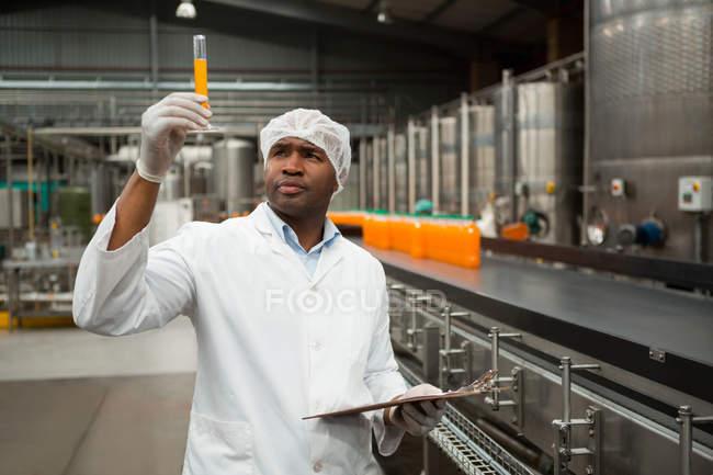 Серйозні чоловічого працівник вивчення сік заводі — стокове фото