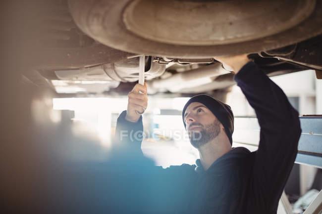 Механік фіксації машину в ремонт гаража — стокове фото