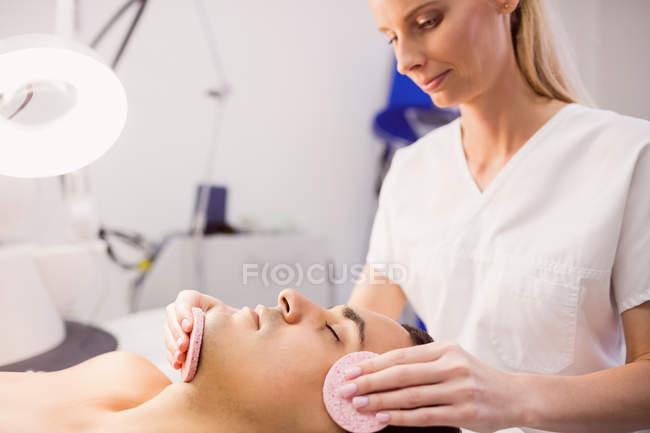 Männliche Patientin erhält Massage vom Arzt in Klinik — Stockfoto