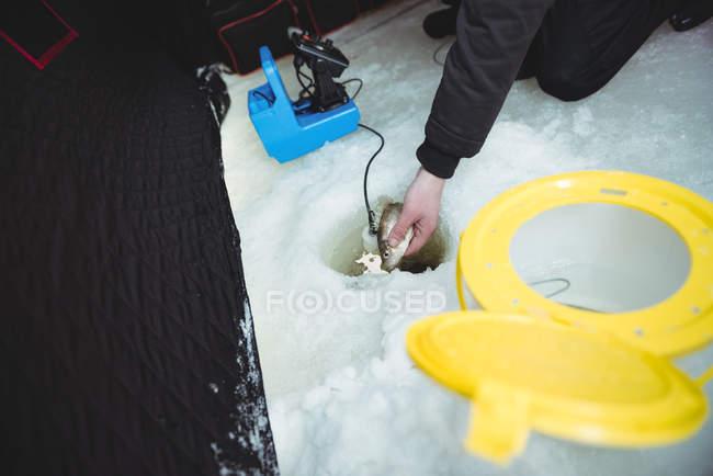 Середине раздел льда рыбака, Настройка троэнергии льда — стоковое фото