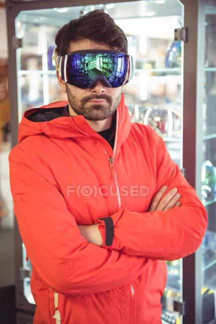 Beau homme en lunettes de ski — Photo de stock