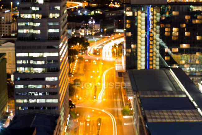 Vista aerea di strada e uffici nel quartiere degli affari di notte — Foto stock