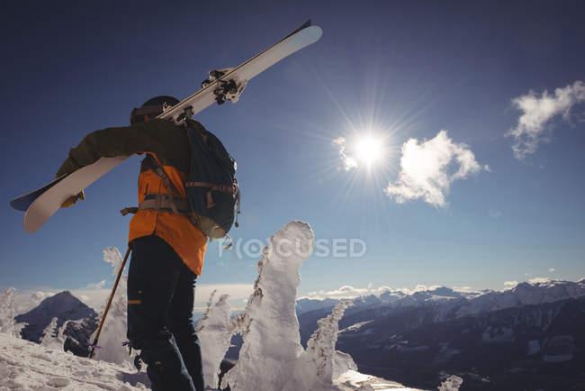 Esqui andando em alpes de neve com esquis durante o inverno — Fotografia de Stock