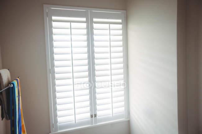 Fenster und Handtuch Regal im Badezimmer zu Hause — aus Holz ...