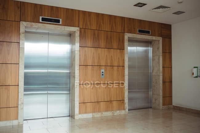 Внутрішній вигляд підйомників у стіні сучасні офісні — стокове фото