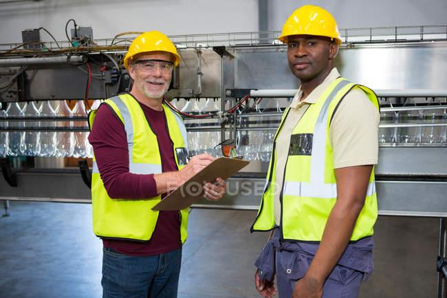 Портрет чоловічого працівників, стоячи в сік заводу — стокове фото