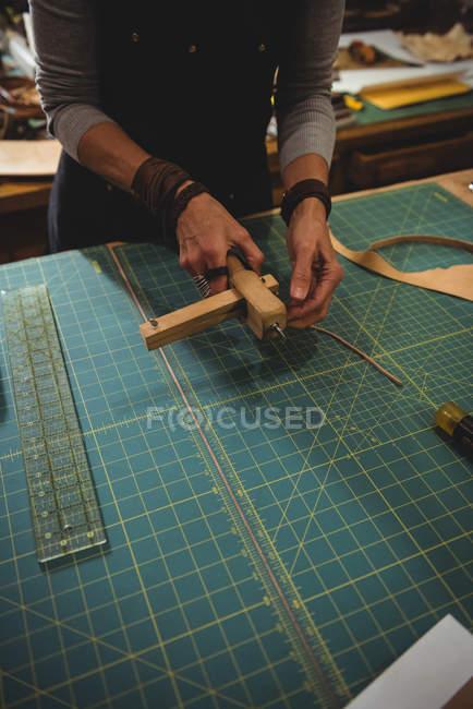 Meados de secção de artesão preparando cinto de couro — Fotografia de Stock