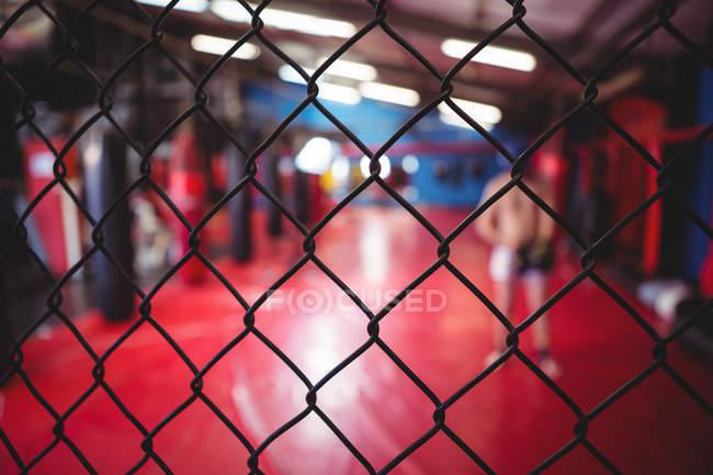 Крупный план ограждения сеткой в фитнес-студии — стоковое фото
