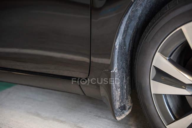 Закри автомобіля колеса і грязьові гвардії на вокзалі — стокове фото