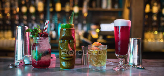 Bar-Accessoires mit Cocktails auf dem Tresen in der Bar — Stockfoto