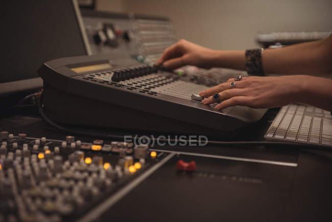 Аудиоинженер с помощью микшера в студии звукозаписи — стоковое фото