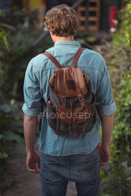 Vista posteriore dell'uomo con lo zaino — Foto stock