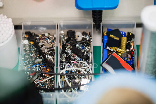 Nahaufnahme verschiedener elektronischer Bauteile in Kunststoffboxen — Stockfoto