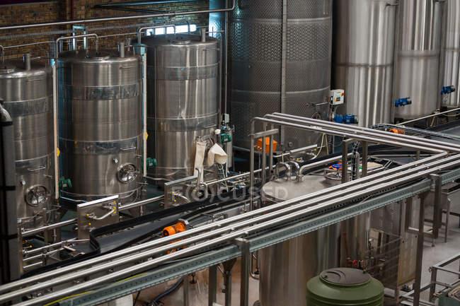 Hochwinkelaufnahme von Maschinen und Produktionslinien in der Saftfabrik — Stockfoto