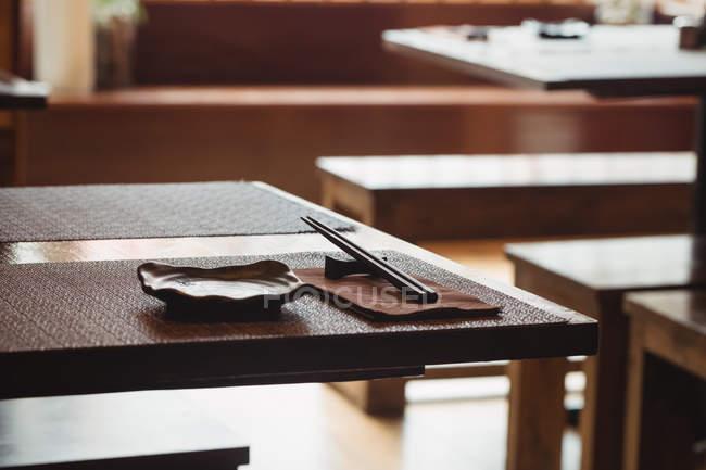 Блюдо, палочками и салфетки на обеденный стол в ресторане — стоковое фото