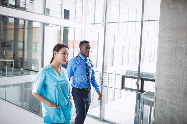 Arzt und Krankenschwester laufen im Krankenhausflur — Stockfoto