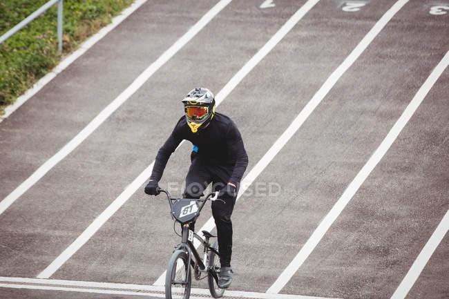 Ciclista andar de bicicleta BMX no parque de skate — Fotografia de Stock