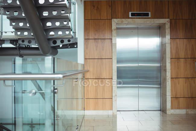 Внутренний вид лифта в офисной стене — стоковое фото