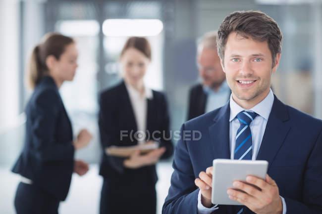 Портрет предпринимателя, с использованием цифрового планшета в офисе — стоковое фото