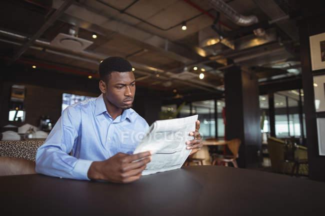 Documento de leitura empresário no escritório — Fotografia de Stock