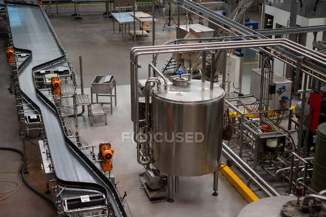 High angle view of machinery and production lines in juice factory - foto de stock