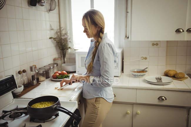 Mulher preparar macarrão na cozinha em casa — Fotografia de Stock