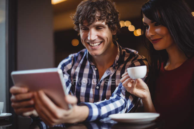 Paar beim Kaffeetrinken im Restaurant digital — Stockfoto