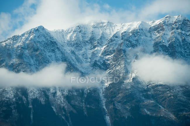 Спокойный вид красивых снежные горы и облака — стоковое фото