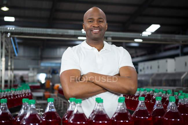 Портрет уверенного мужчины, работающего на заводе холодных напитков — стоковое фото